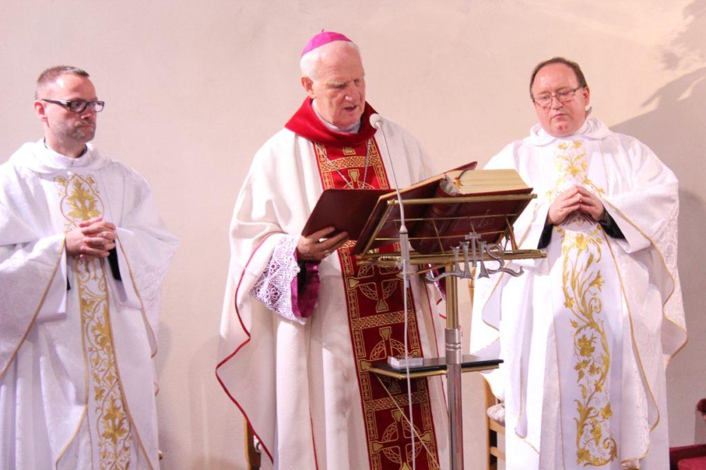 Poświęcenie witraży i tynków bp Ignacy Dec, parafia św. Brata Alberta Świebodzice