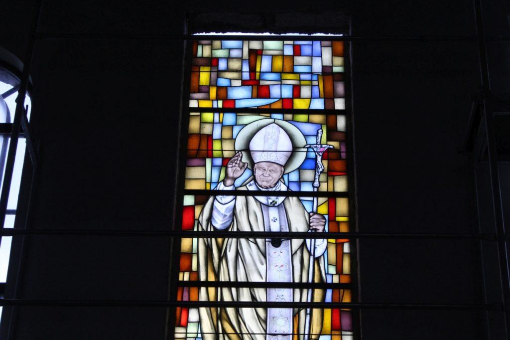 Witraż, Św. Jan Paweł II, Parafia św. Brata Alberta Świebodzice