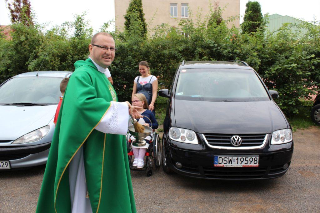 Poświęcenie samochodów 2016, parafia św. Brata Alberta, Świebodzice