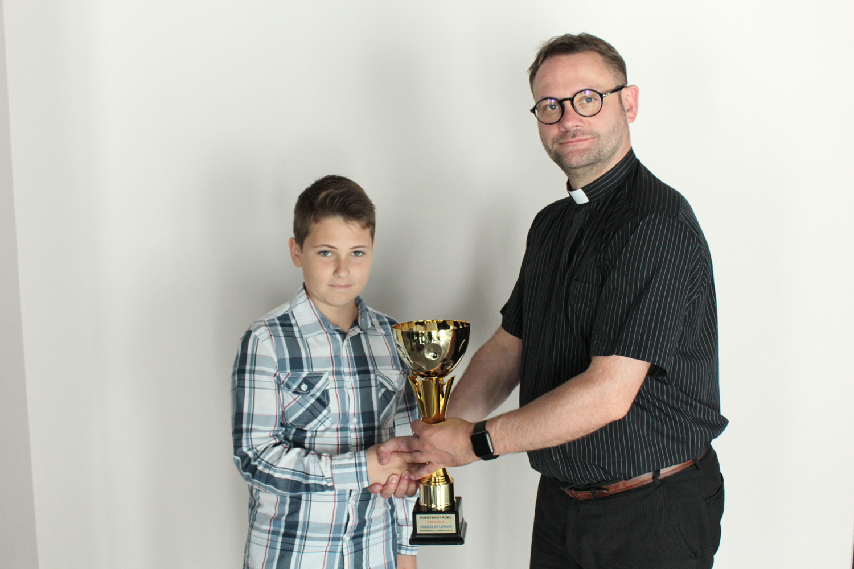 Miłosz Dylewski i ks. Daniel Szymanik, par. Św. Brata Alberta Świebodzice