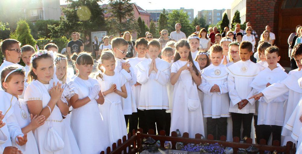 Modlitwa dzieci nad grobem ks. Zenona Kowalskiego